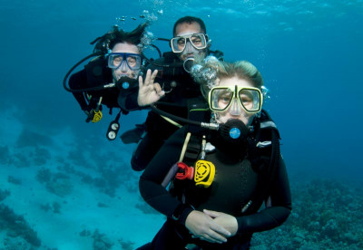 Liveaboard divers in Belize